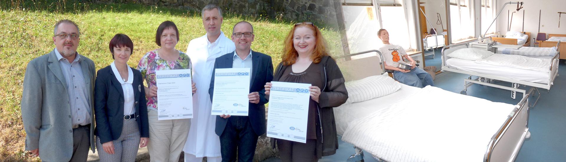 Zertifikatsübergabe nach erfolgreich durchgeführter DIN EN ISO 9001:2015 Re-Zertifizierung und AZAV Re-Zulassung bei der Krankenpflegeschule der Hospital zum Heiligen Geist gemeinnützige GmbH